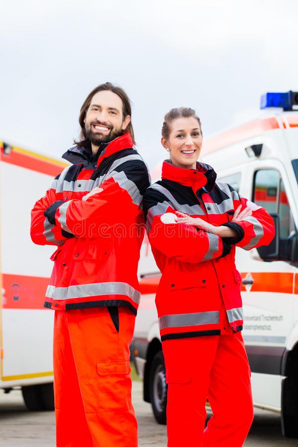 medico e paramedico di emergenza con l ambulanza 41848197